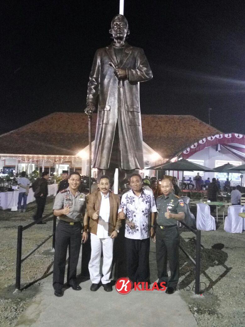 Bupati Dandim Kapolres berfose foto didepan Patung jendral panglima sudirman yang berdiri kokoh didepan gedung juang kartika